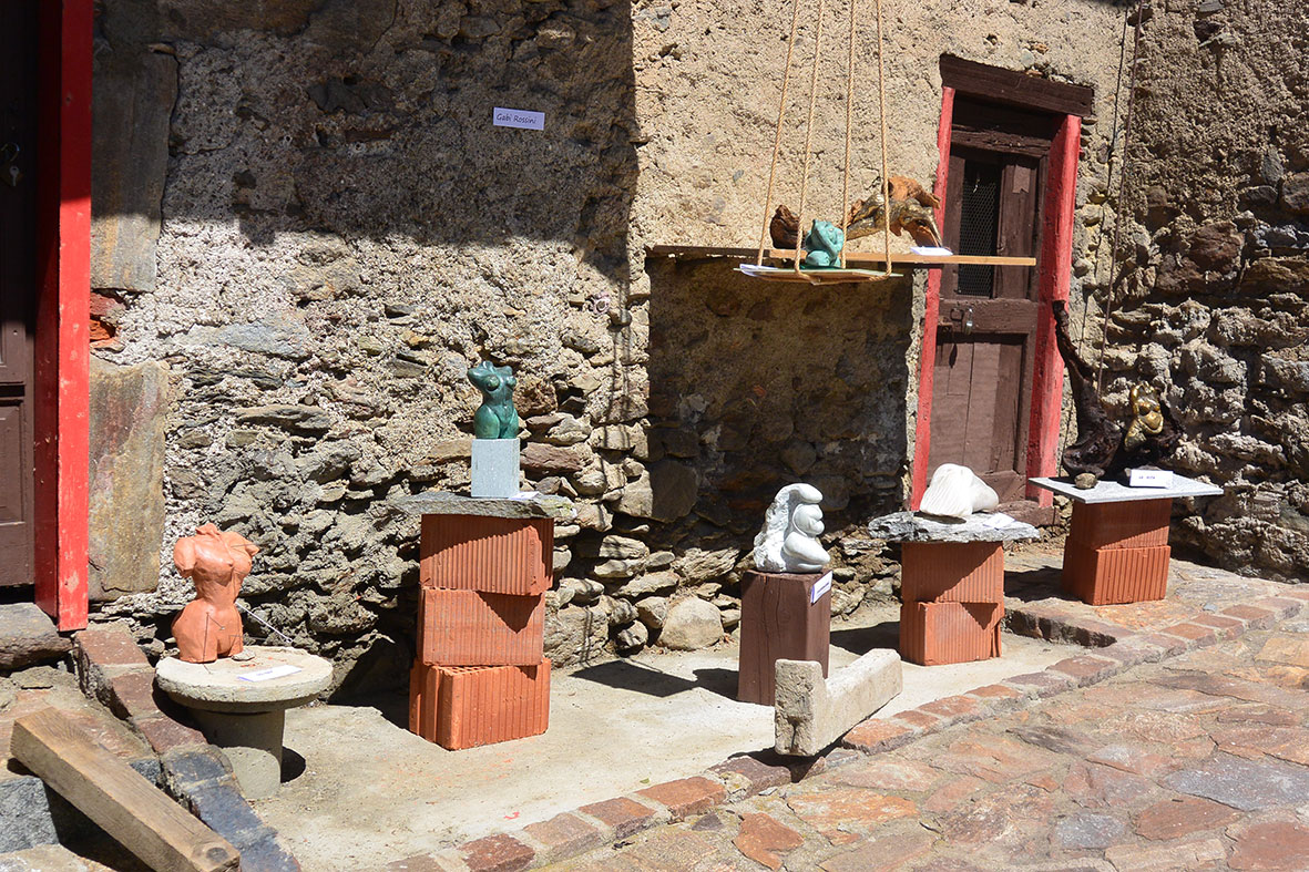 sculture nella piazzetta
